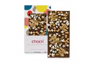 """chocri Vollmilchschokoladentafel """"Apfelkuchen"""" mit Walnüssen und Apfelstücken in der Verpackung und einzelnd davor stehend"""