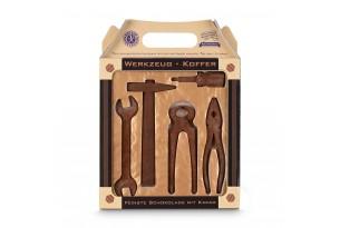chocri / Becker Werkzeuge aus Zartbitterschokolade mit Kakaopulver bestreut in einer Geschenkbox als Werkzeugkoffer
