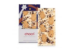 """chocri weiße Schokoladentafel """"Berry Christmas"""" mit Spekulatiuskeksen und Heidelbeeren in der weihnachtlichen Verpackung und einzelnd davor stehend"""