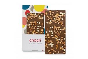 """chocri Vollmilchschokoladentafel """"Crunchy Caramel"""" mit Walnusskernen, Weizencrisps und Karamell in der Verpackung und einzelnd davor stehend"""