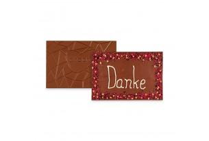 chocri 'Danke' XXL-Gruß-Schokoladentafel in einer Holzkiste handbeschriftet und dekoriert mit Himbeeren, Heidelbeeren, Bourbon Vanille und Karamellstücken ausgepackt