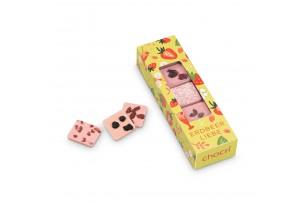"""chocri Erdbeerschokoladentafeln kleine Weltreise """"Süße Erdbeerwelt"""" mit sommerlichen Zutaten wie Erdbeeren in durchsichtiger Verpackung ausgepackt"""