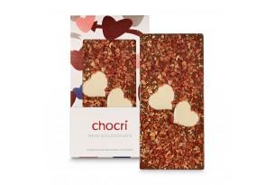 """chocri Vollmilchschokoladentafel """"Mein Goldschatz"""" mit Herzen aus weißer Schokolade, Erdbeeren und Goldpulver in der Valentinstagsverpackung und einzelnd davor stehend"""