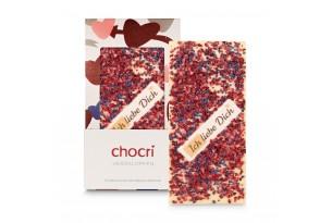 """chocri Weiße Schokoladentafel mit Himbeeren, Fliederblüten und """"Ich liebe Dich"""" Schriftzug in der Valentinstagsverpackung mit Herzen und einzelnd davor stehend"""