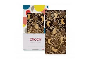 chocri Zartbitter- und Vollmilchschokoladentafel mit Cashewkernen, Karamellschokotropfen, Haselnusskrokant und Goldpulver in der Verpackung und einzelnd davor stehend