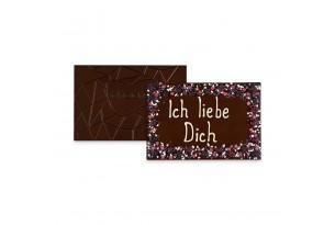 chocri 'FIch liebe Dich' XXL-Gruß-Schokoladentafel in Holzkiste handbeschriftet und dekoriert mit dragierten Schokoherzen, Brombeeren, Joghurtcrisp und dragierten Veilchenblüten, ausgepackt mit Schoko-Rillen sichtbar