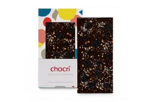 """chocri Zartbitterschokoladentafel """"Kirschfeuerwerk"""" mit Sauerkirschen, Echtgoldpulver und Chilliflocken in der Verpackung und einzelnd davor stehend"""