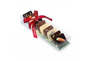 """chocri kleine Weltreise """"Osternest"""" aus Zartbitter-,Vollmilch und weiße Schokoladentafeln mit österlichen Zutaten wie Marzipan-Möhre in der Verpackung"""