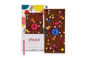 chocri 'Knusper Konfetti' Gaburtstagstafel aus Vollmilch-Schokoladentafel mit Kerzenhalter, Kerze, Schokolinsen, Himbeeren und Knusperperlen ausgepackt