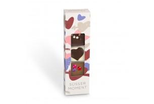 chocri kleine Weltreise 'süßer Moment' aus Zartbitter-,Vollmilch und weiße Schokoladentafeln mit liebevollen Zutaten wie Schokoladenherz in der Verpackung