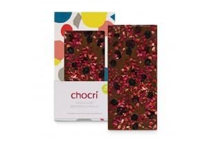 """chocri vegane Schokoladentafel """"Beerenschmaus"""" bestreut mit Himbeeren, Erdbeeren, Cranbeeries und Heidelbeeren in der Verpackung und einzeld davor stehend"""