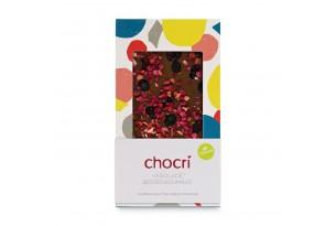 """chocri vegane Schokoladentafel """"Vegolade Beerenschmaus"""" bestreut mit Himbeeren, Erdbeeren, Cranbeeries und Heidelbeeren in der Verpackung"""