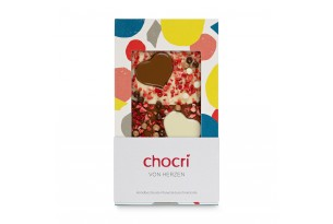 chocri Vollmilch- und weiße Schokoladentafel mit Schokoherzen, Erdbeerstücken und Schokokugeln in der Verpackung