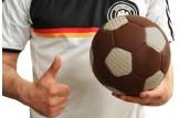 Der 'Schoko Star' XXL-Schokoladen-Fußball der Confiserie Riegelein ist ein Top-Naschgerät | Fan-Artikel | Größenvorstellung