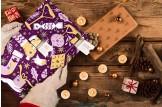 chocri Adventskalender mit Schokoladentafeln aus weißer, Zartbitter und Vollmilchschokolade im violetten Design im Moodbild
