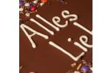 XXL Vollmilchschokoladentafel handbeschriftet mit Botschaft zum Geburtstag in einer hochwertigen Holzkiste Detailansicht Schriftzug