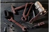 chocri / Becker Werkzeuge aus Zartbitterschokolade mit Kakaopulverbestreut, täuschend echt plaziert