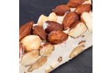 chocri / Carlier Nougatiers Soft-Nougat-Riegel verfeinert mit Mandeln und Haselnüssen Nahaufnahme / Detailansicht