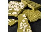 Weiße Schokolade 'Matcha Yuzu Ingwer' Tee-Schokolade mit Matcha-Tee, Ingwer und Yuzu-Öl im Detailansicht