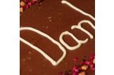chocri 'Danke' XXL Schokoladentafel handbeschriftet und dekoriert mit Himbeeren, Heidelbeeren, Bourbon Vanille und Karamell, verpackt in edler Holzbox, Detailansicht Schokogruß