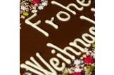 chocri 'Frohe Weihnachten' XXL-Gruß-Schokoladentafel in Holzkiste handbeschriftet und dekoriert mit Pistazien, Haselnusskrokant, Johannisbeeren und Kokos im Detailansicht (Beschriftung)e