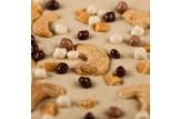 chocri Eiskaffeeschokoladentafel mit Cashewkerne, Karamell und Weizencrisps Nahaufnahme, Detailansicht