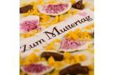 chocri weiße Schokoladentafel mit Orangencrunch,Feigen und Zuckeraufleger zum Muttertag Nahaufnahme, Detailansicht