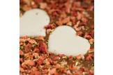 chocri Vollmilchschokoladentafel 'Mein Goldschatz' mit Herzen aus weißer Schokolade, Erdbeeren und Goldpulver Nahaufnahme, Detailansicht