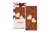 chocri Vollmilchschokoladentafel 'Mein Goldschatz' mit Herzen aus weißer Schokolade, Erdbeeren und Goldpulver in der Valentinstagsverpackung und einzelnd davor stehend