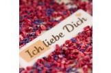 chocri Weiße Schokoladentafel mit Himbeeren, Fliederblüten und 'Ich liebe Dich' Schriftzug Nahaufnahme, Detailansicht