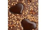 chocri Vegolade und Zartbitterschokoladentafel 'Herzensnuss' mit Schokoladenherzen, Haselnusskrokant und Erdnüssen Nahaufnahme, Detailansicht