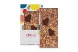 chocri Vegolade und Zartbitterschokoladentafel 'Herzensnuss' mit Schokoladenherzen, Haselnusskrokant und Erdnüssen in der Verpackung und einzelnd davor stehend