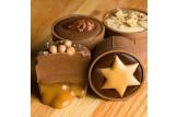 chocri 'Kleiner Kaminabend' 4 Cup-Pralinen mit weihnachtlichen Zutaten, ein angeschnittener Cup mit Karamellfüllung Nahaufnahme, Detailansicht