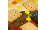 chocri weiße und Vollmilchschokoladentafel 'Kinderlachen' mit Schokolinsen, Butterkekse und Gummibären Nahaufnahme, Detailansicht