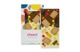 chocri weiße und Vollmilchschokoladentafel 'Kinderlachen' mit Schokolinsen, Butterkekse und Gummibären in der Verpackung und einzelnd davor stehend