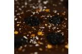 chocri Zartbitterschokoladentafel 'Kirschfeuerwerk' mit Sauerkirschen, Echtgoldpulver und Chilliflocken Nahaufnahme, Detailansicht