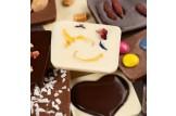 chocri Schokoladenmix kleine Weltreise 'von Herzen' zum Muttertag mit Zutaten wie Schokoherzen Nahaufnahme, Detailansicht