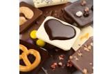 chocri kleine Weltreise 'süßer Moment' aus Zartbitter-,Vollmilch und weiße Schokoladentafeln mit liebevollen Zutaten wie Schokoladenherz Nahaufnahme, Detailansicht