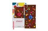 chocri 'Knusper Konfetti' Vollmilch-Schokoladentafel mit Kerzenhalter, Kerze, Schokolinsen, Himbeeren und Knusperperlen ausgepackt
