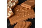 Weiße Schokolade 'Rooibos Orange' Tee-Schokolade mit Rooibostee und Orangenstücken im Detailansicht