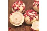Love Cocoa Handmade Raspberry Champagne Trüffel Pralinen aus weißer Schokolade mit Himbeerstückchen im Detailansicht mit Füllung