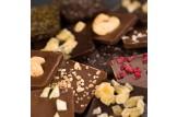 chocri Bruchschokolade aus Vegolade und Zartbitterschokoladentafeln mit verschiedenen Bestreuungen Nahaufnahme, Detailansicht