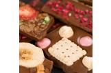 chocri Bruchschokolade aus Vollmilchschokoladentafeln mit verschiedenen Bestreuungen Nahaufnahme, Detailansicht