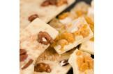 chocri Bruchschokolade aus weißer Schokoladentafeln mit verschiedenen Bestreuungen Nahaufnahme, Detailansicht
