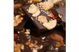 chocri Bruchschokolade aus Zartbitterschokoladentafeln mit verschiedenen Bestreuungen Nahaufnahme, Detailansicht