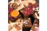 chocri Bruchschokolade aus Vollmilch-, Zartbitter und Weißer Schokoladentafeln mit verschiedenen Bestreuungen Nahaufnahme, Detailansicht