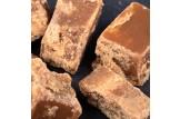 chocri / Mr. Stanley's Fudge aus Karamell verfeinert mit Erdnussbutter und gehakten Erdnüssen Nahaufnahme, Detailansicht