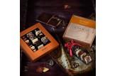 chocri schokoladige Weltreise 'Klassik' mit Zutaten aus aller Welt wie Chili in Geschenk-Verpackung und Holzbox