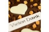 chocri Vollmilchschokoladentafel 'Süsse Grüsse' mit Nougat, Karamell, 'Vielen Dank' Schriftzug und Schokoherzen Nahaufnahme, Detailansicht