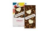 chocri Vollmilchschokoladentafel 'Süsse Grüsse' mit Nougat, Karamell, 'Vielen Dank' Schriftzug und Schokoherzen in der Verpackung und einzelnd davor stehend